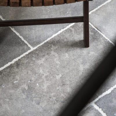 Natursteine mit Möbelstück